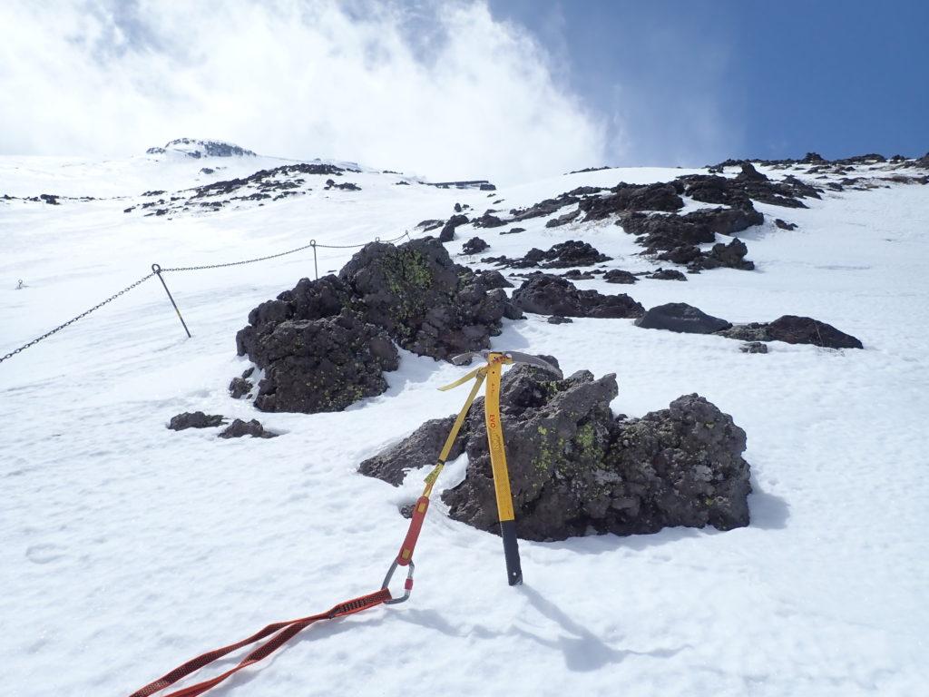 残雪期の富士山吉田ルートでグリベルのピッケルであるエアーテックエヴォリューションの記念撮影