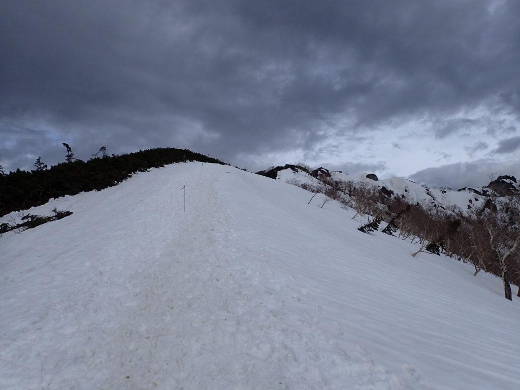 残雪の燕岳合戦尾根