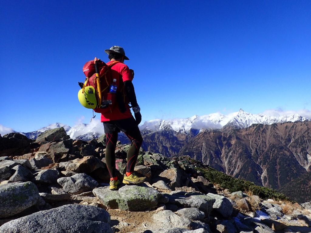 晩秋の蝶ヶ岳山頂でグリベルのピッケルであるエアーテックエヴォリューションが外付けされたザックを記念撮影