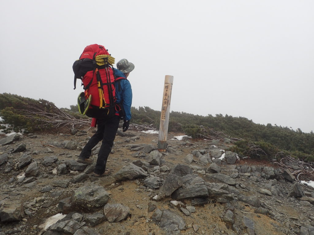 ザックに外付けしたグリベルのピッケルであるエアーテックエヴォリューションを蝶ヶ岳山頂で記念撮影