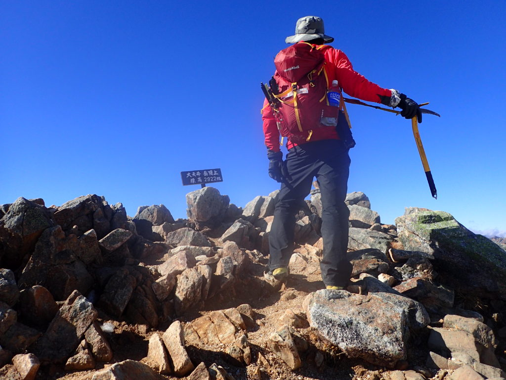 大天井岳の山頂でグリベルのピッケルであるエアーテックエヴォリューションを持って記念撮影