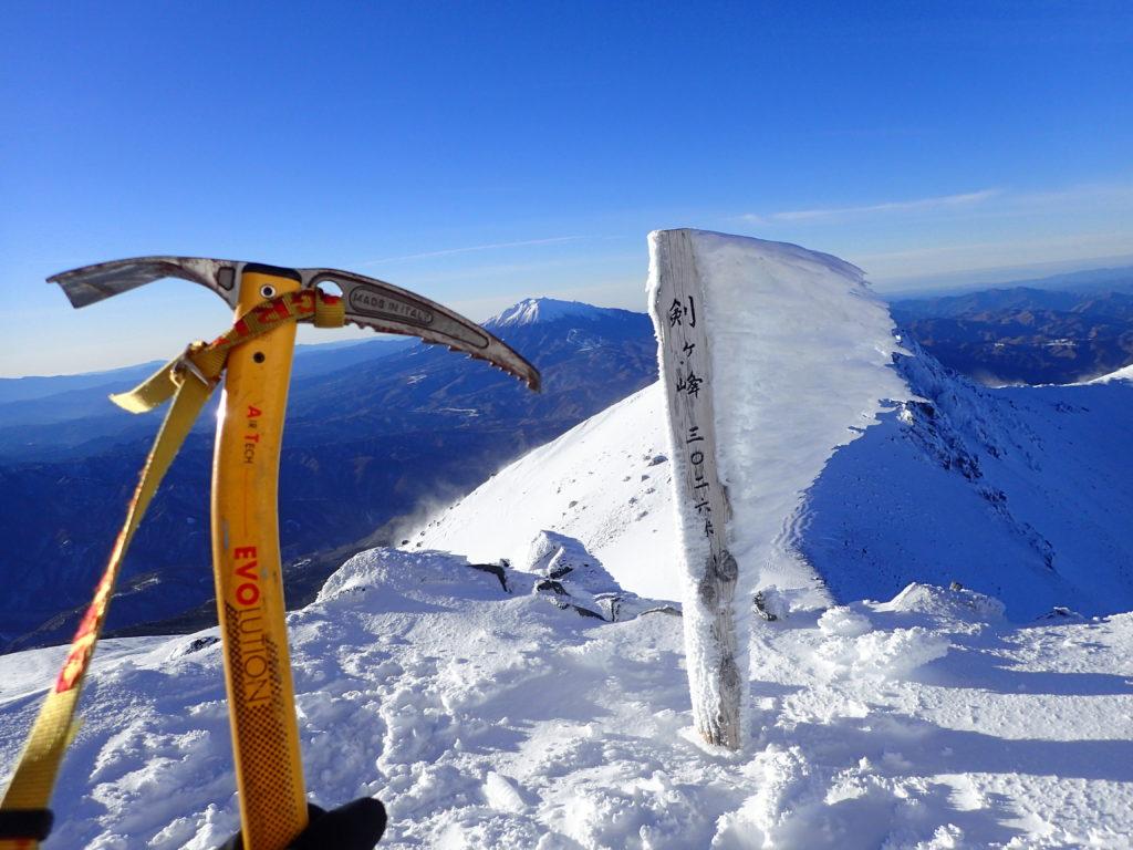 冬の乗鞍岳山頂でグリベルのピッケルであるエアーテックエヴォリューションの記念撮影