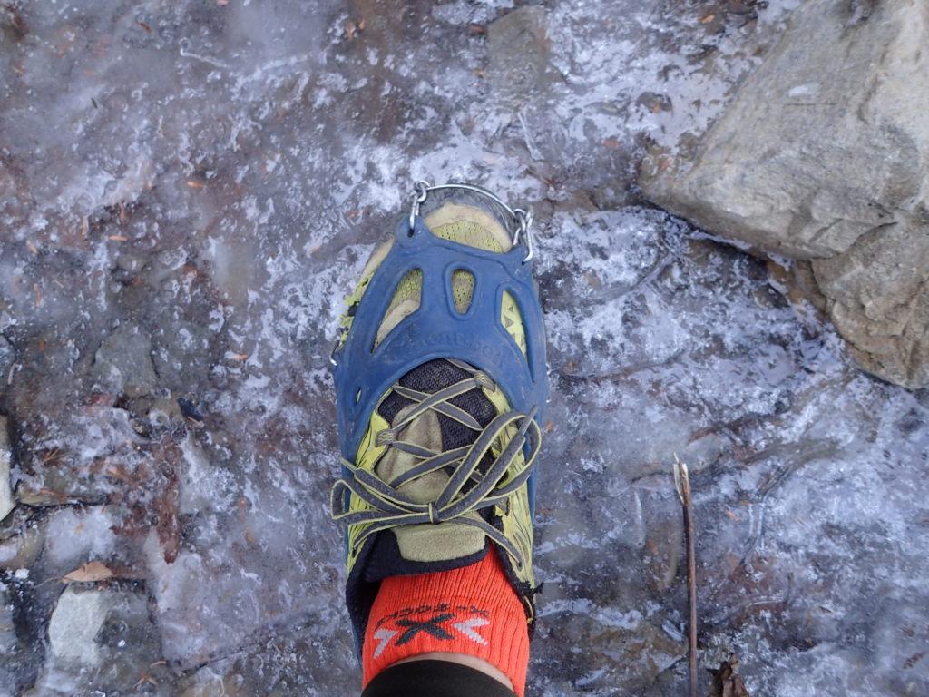 初冬の蝶ヶ岳登山でカチカチに凍りついた登山道をモンベルの軽アイゼンであるチェーンスパイクを装着して通過