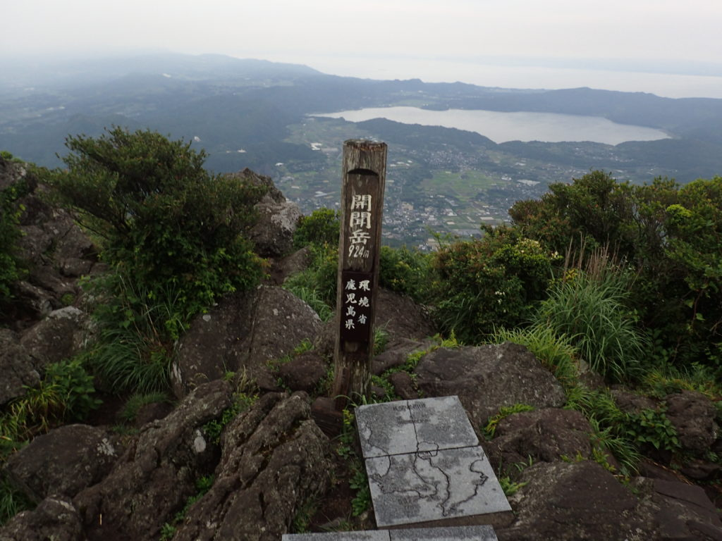 ひと夏での日本百名山全山日帰り登山で撮影した開聞岳の山頂標
