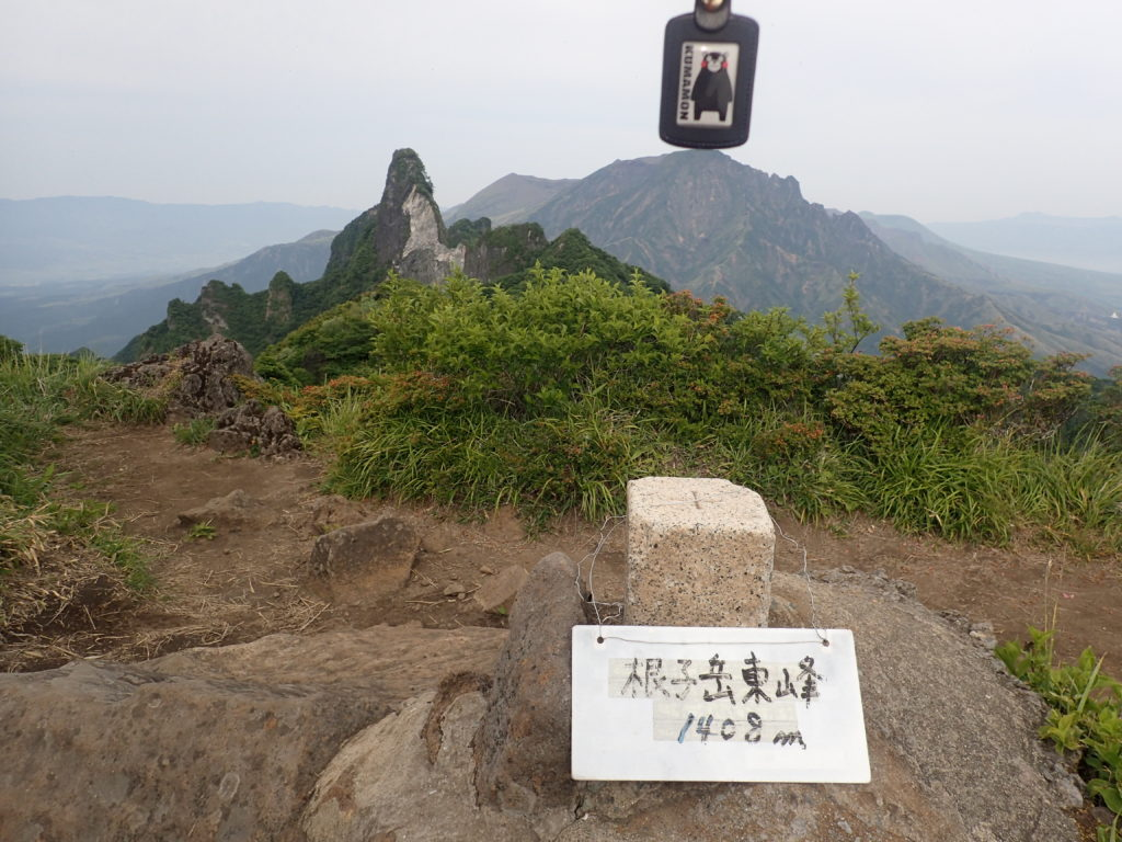 ひと夏での日本百名山全山日帰り登山で撮影した阿蘇山の根子岳の山頂標