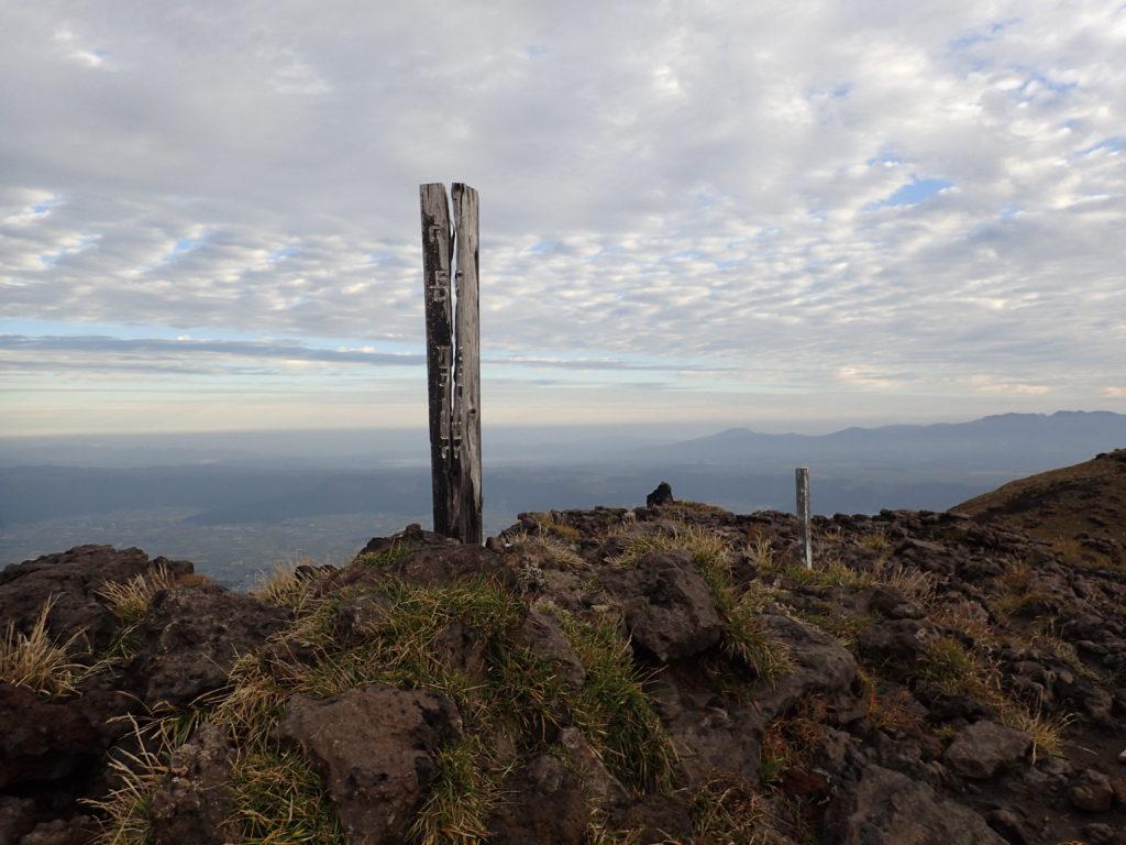 ひと夏での日本百名山全山日帰り登山で撮影した阿蘇山の高岳の山頂標