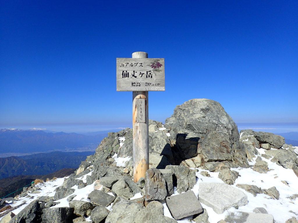 ひと夏での日本百名山全山日帰り登山で撮影した南アルプスの仙丈ヶ岳の山頂標