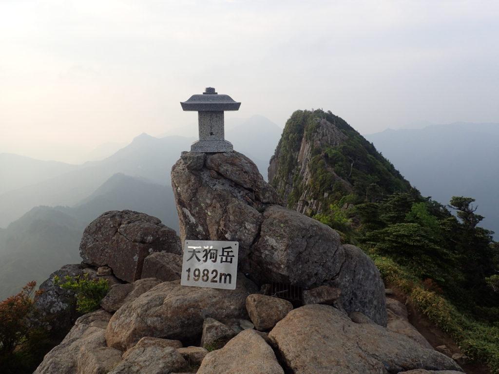 ひと夏での日本百名山全山日帰り登山で撮影した石鎚山の天狗岳の山頂標
