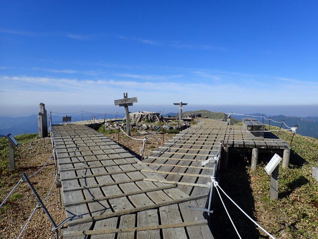 ひと夏での日本百名山全山日帰り登山で撮影した剣山の山頂