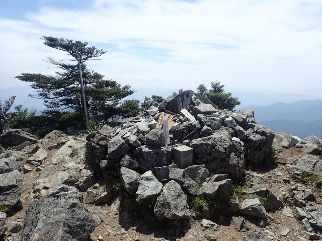 ひと夏での日本百名山全山日帰り登山で撮影した大峰山(八経ヶ岳)の山頂