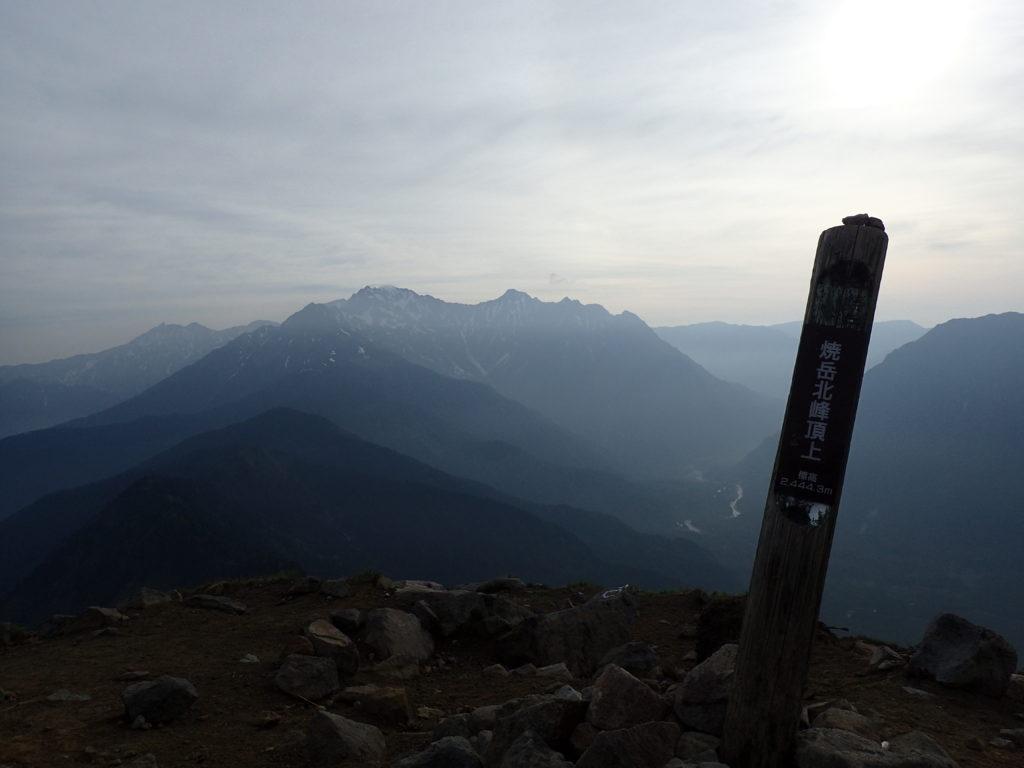 ひと夏での日本百名山全山日帰り登山で撮影した焼岳の山頂標