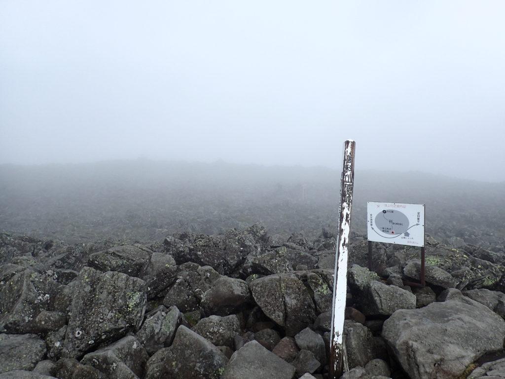 ひと夏での日本百名山全山日帰り登山で撮影した蓼科山の山頂標