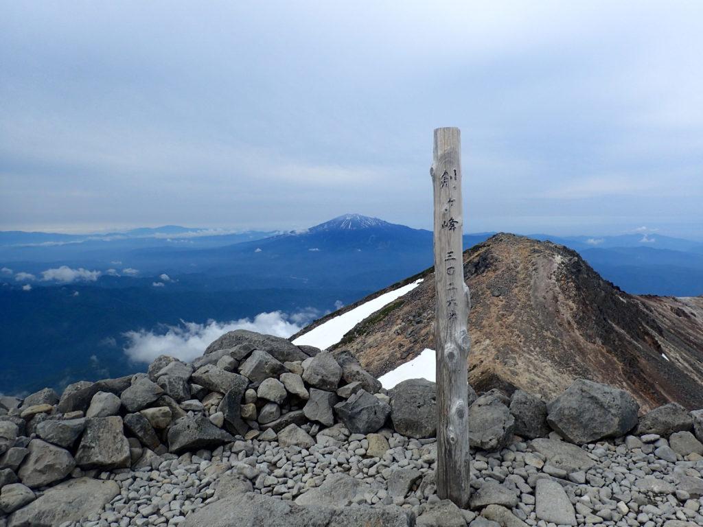 ひと夏での日本百名山全山日帰り登山で撮影した乗鞍岳の剣ヶ峰の山頂標
