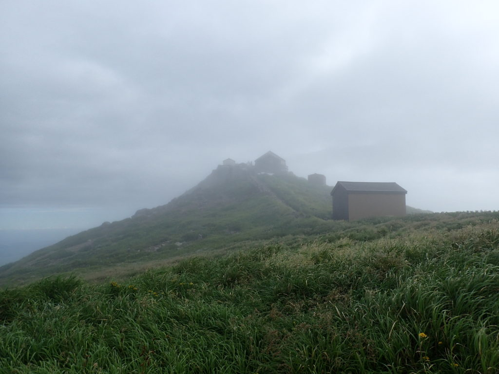 ひと夏での日本百名山全山日帰り登山で撮影した月山の山頂