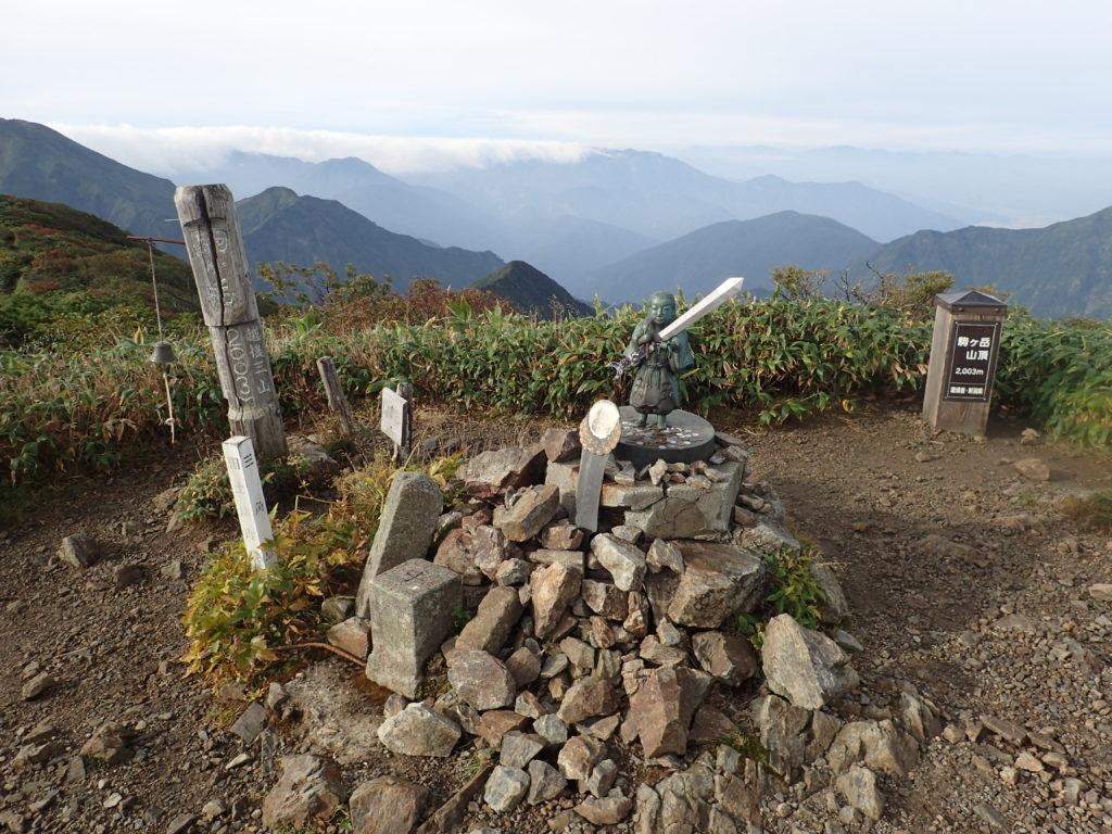 ひと夏での日本百名山全山日帰り登山で撮影した越後駒ヶ岳の山頂標