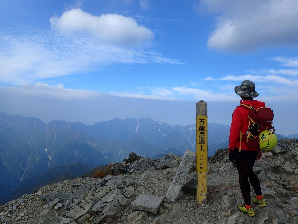 ひと夏での日本百名山全山日帰り登山で撮影した北アルプスの五竜岳の山頂標