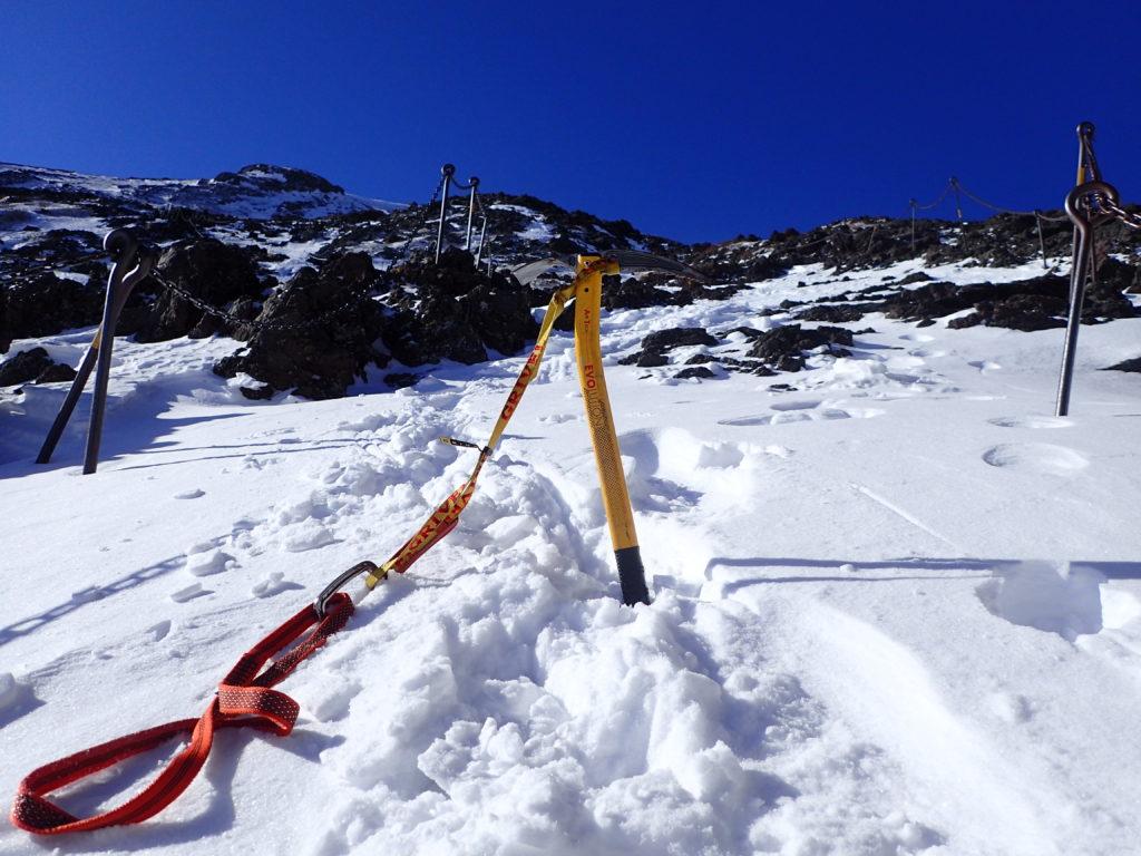 雪の富士山登山の8合目でグリベルのピッケルであるエアーテックエヴォリューションの記念撮影