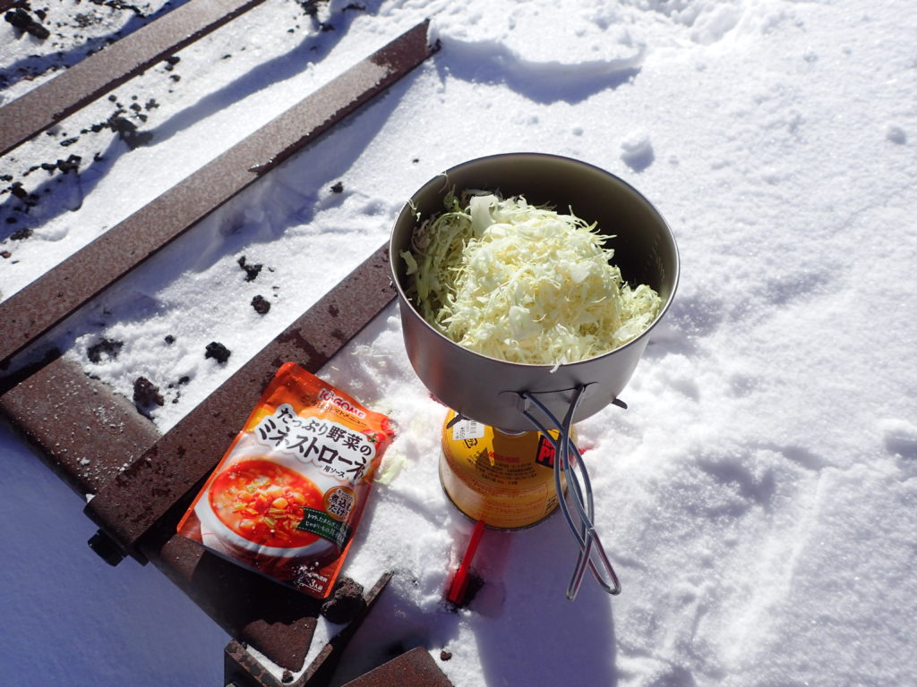 冬の富士山でepiのクッカーにキャベツを投入
