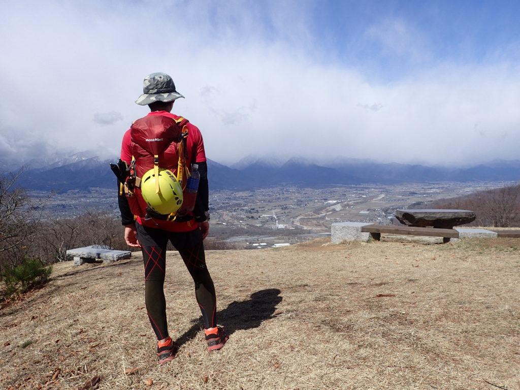安曇野市の長峰山山頂でモンベルの登山用ザックであるバーサライトパックを背負って記念撮影
