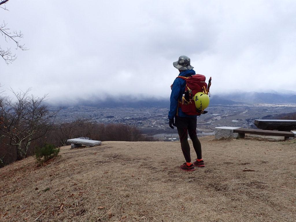 長峰山山頂でモンベルの登山用レインウェアであるトレントフライヤーを着て記念撮影