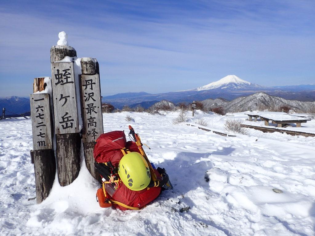 雪化粧の蛭ヶ岳山頂でモンベルの登山用ザックであるバーサライトパックの記念撮影