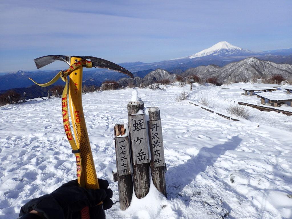 季節外れのゴールデンウィークの降雪の蛭ヶ岳で臼ヶ岳への急斜面の下降に備えグリベルのピッケルであるエアーテックエヴォリューションを準備