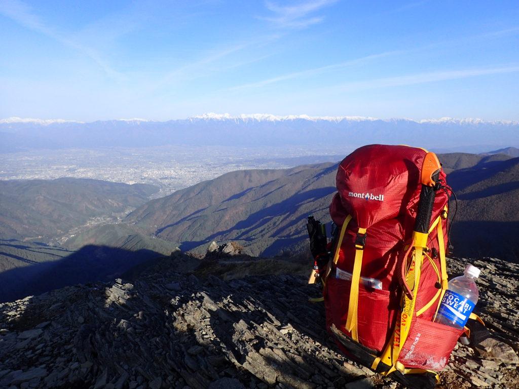 美ヶ原の王ヶ鼻でモンベルの登山用ザックであるバーサライトパックを北アルプスを背景に記念撮影