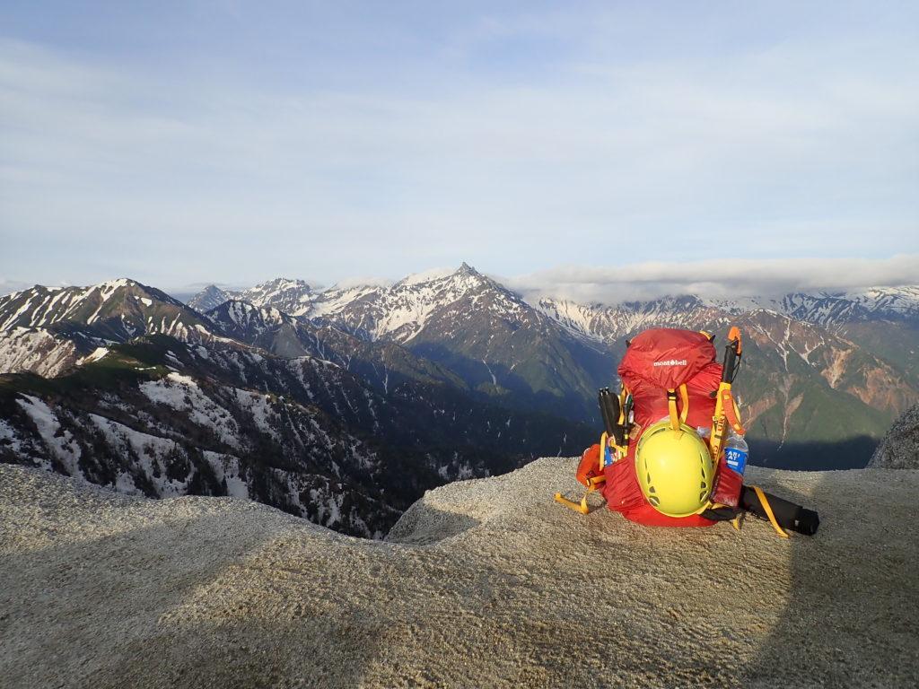 燕岳山頂で槍ヶ岳をバックにモンベルの登山用ザックであるバーサライトパックの記念写真を撮影