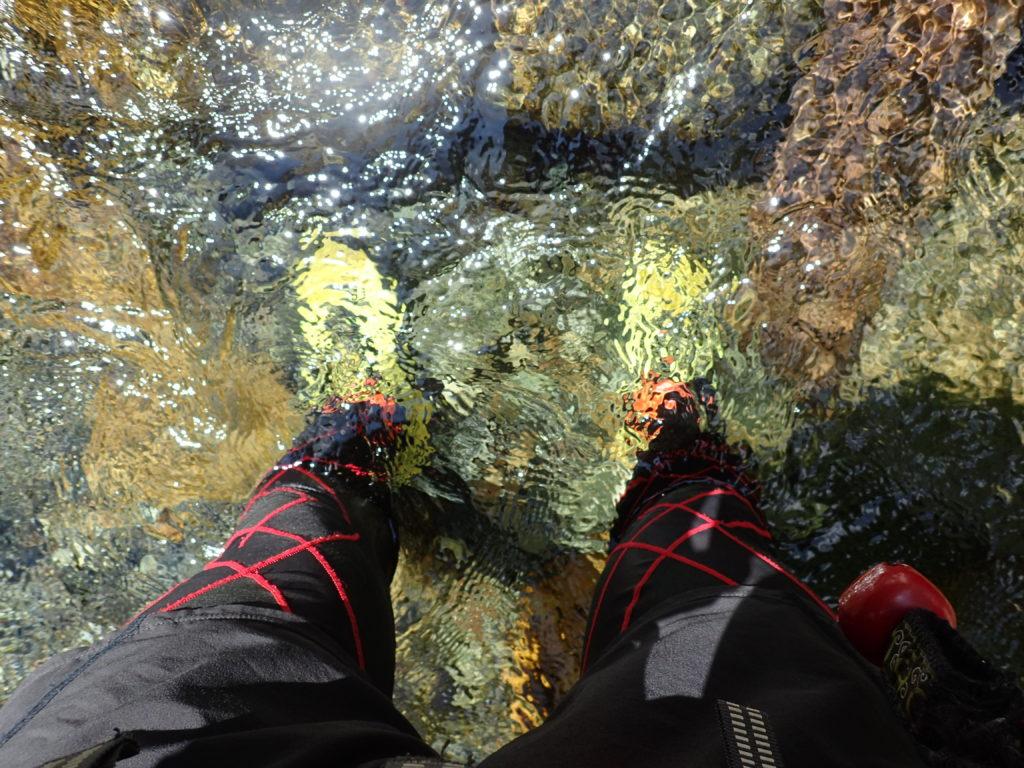 幌尻岳の振内コースの沢をトレランシューズで渡渉する様子