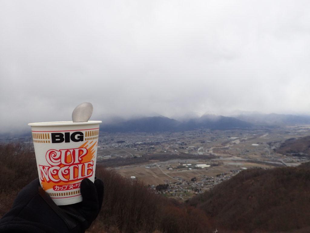長峰山山頂で安曇野市を見おろしながら食べたカップラーメン