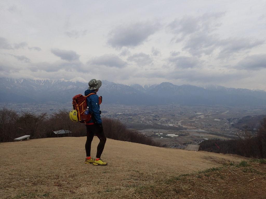 今にも雨が降りそうな長峰山山頂でモンベルの登山用レインウェアであるトレントフライヤーを着て記念撮影