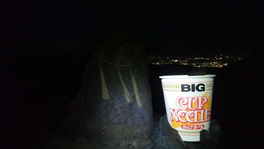 夜の美ヶ原の王ヶ頭で松本市の夜景を眺めながら食べたカップラーメン