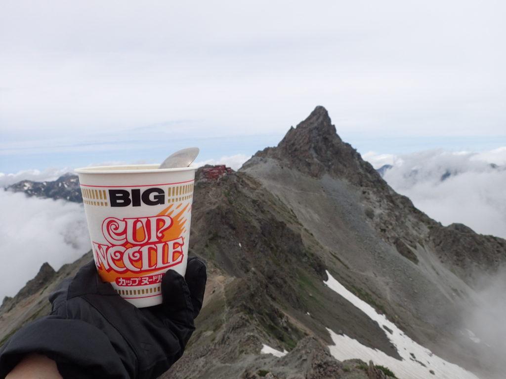 北アルプスの大喰岳の稜線から槍ヶ岳を眺めながら食べたカップラーメン