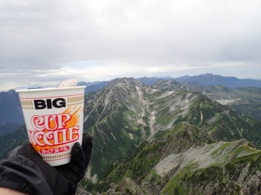 剱岳山頂から立山を眺めながら食べたカップラーメン