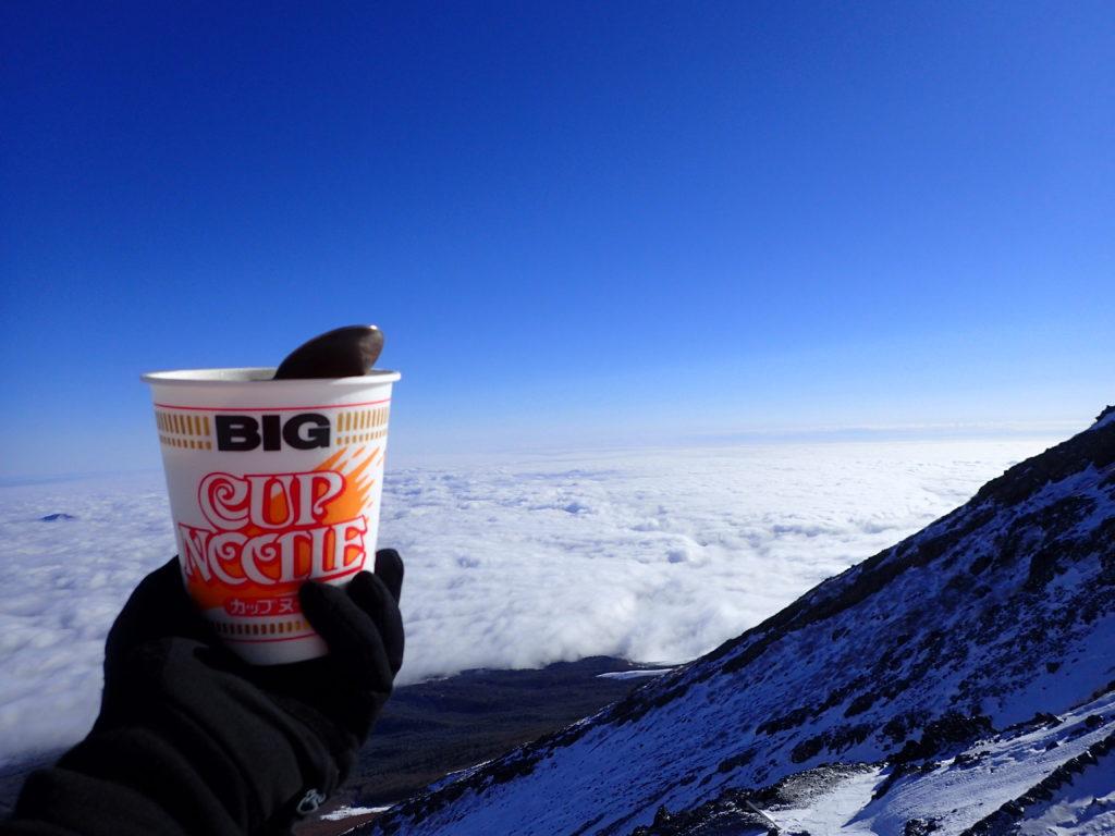 冬の富士山で雲海を眺めながら食べたカップヌードル