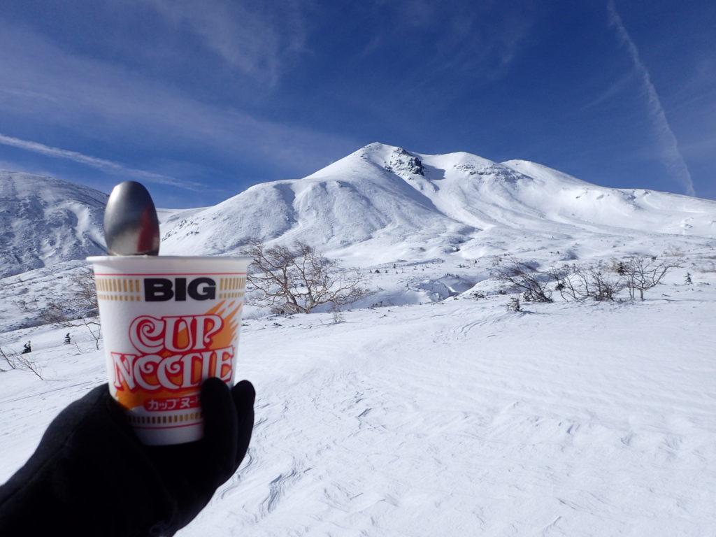 冬の乗鞍高原で乗鞍岳を眺めながら食べたカップヌードル