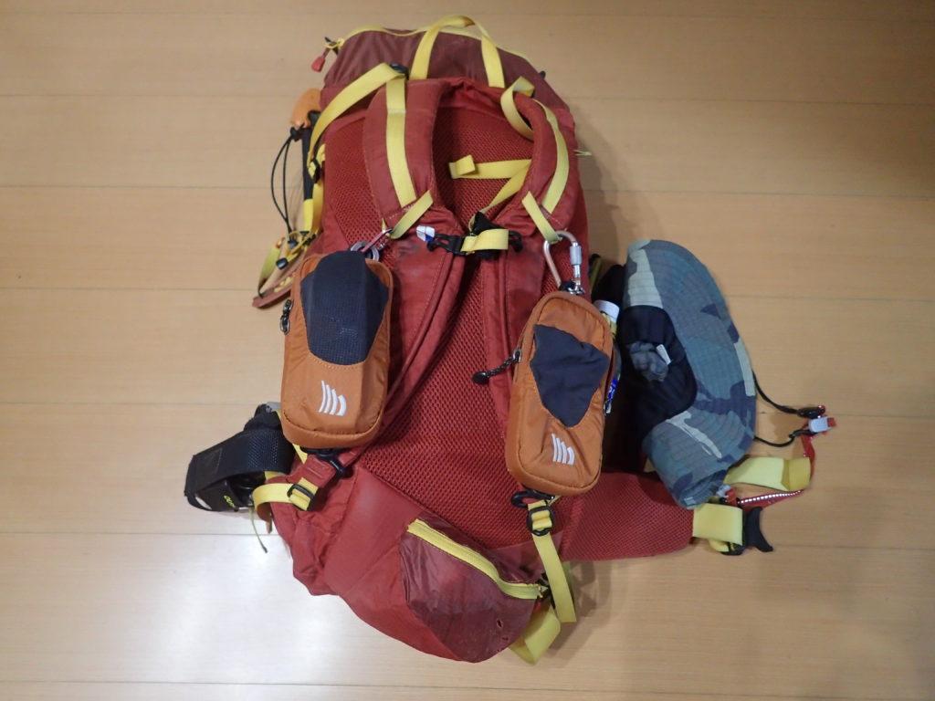 登山用ザックに取り付けているアクセサリーポケットの写真