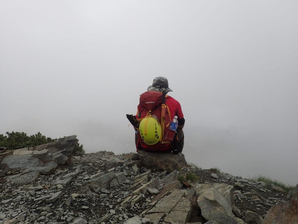 爺ヶ岳南峰でモンベルの登山用ザックであるバーサライトパックを背負って記念撮影