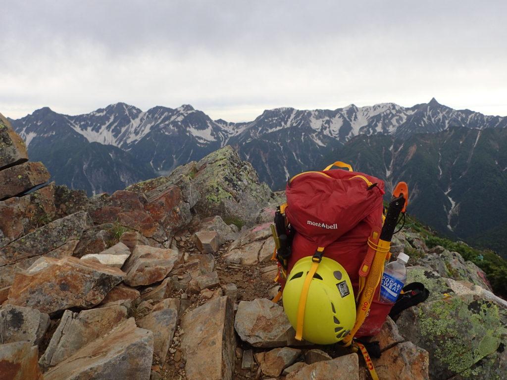 常念岳山頂で槍ヶ岳と穂高岳をバックにモンベルの登山用ザックであるバーサライトパックの記念写真を撮影
