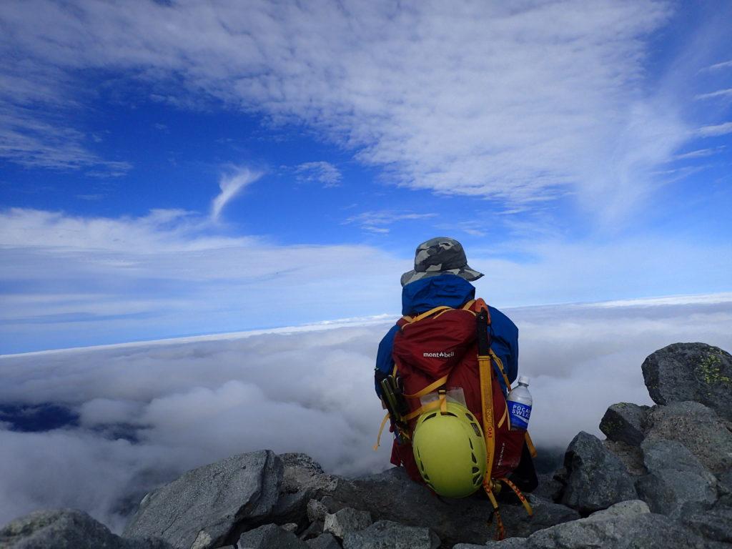 槍ヶ岳山頂で雲海をバックにモンベルの登山用ザックであるバーサライトパックを背負って記念写真を撮影