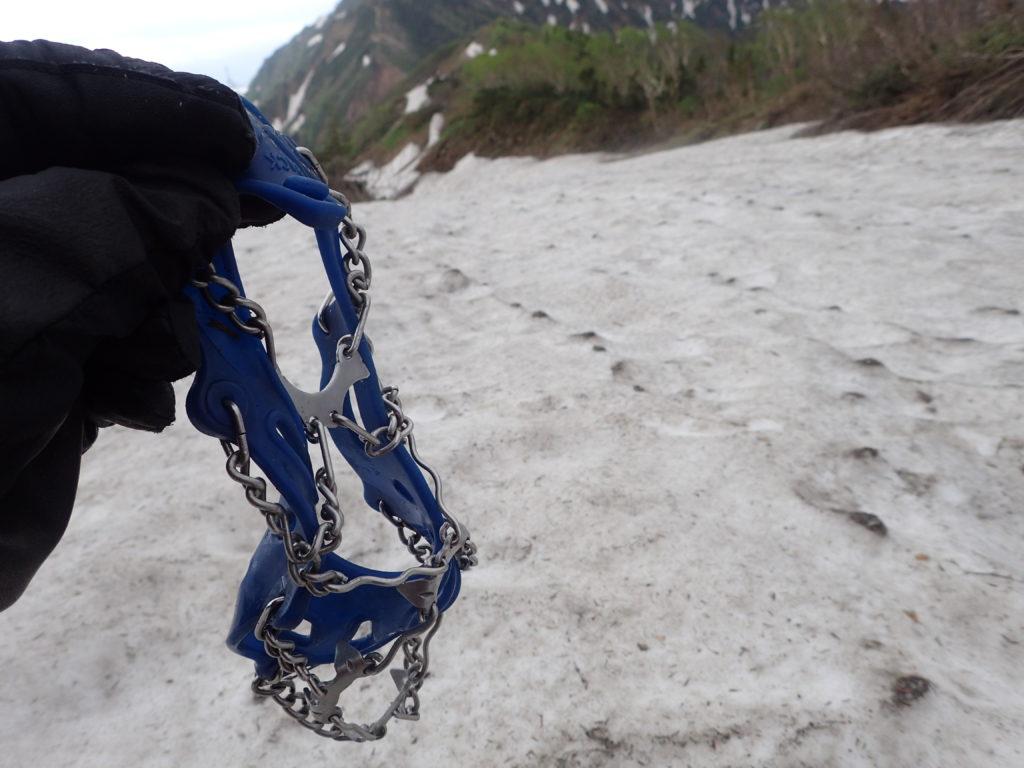 6月下旬の鹿島槍ヶ岳登山での冷池山荘から布引山の道中の残雪地帯でチェーンスパイクを利用