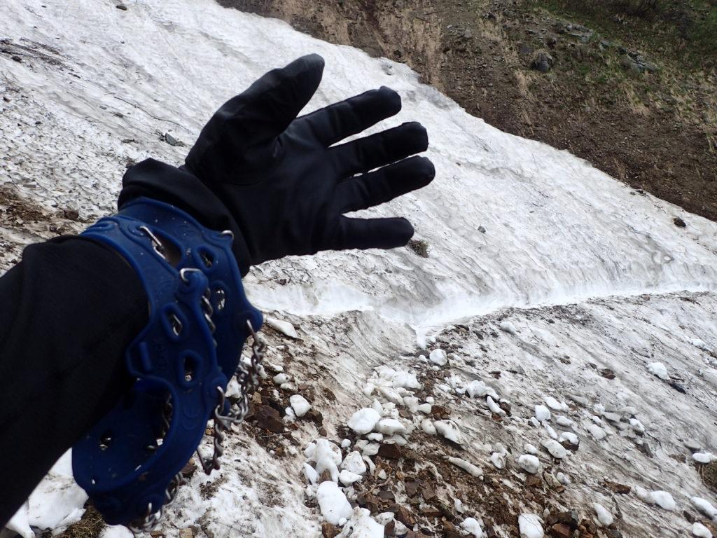 6月下旬の爺ヶ岳登山での柏原新道の残雪地帯でチェーンスパイクを使用