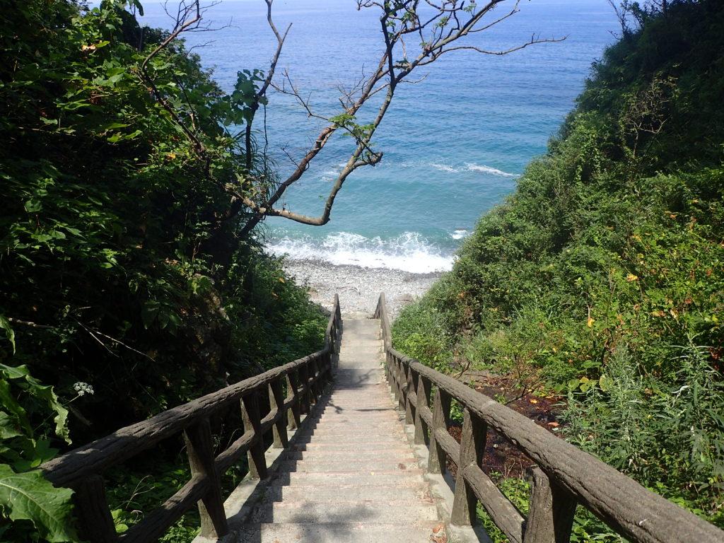 栂海新道の起点となる日本海の海岸に続く階段