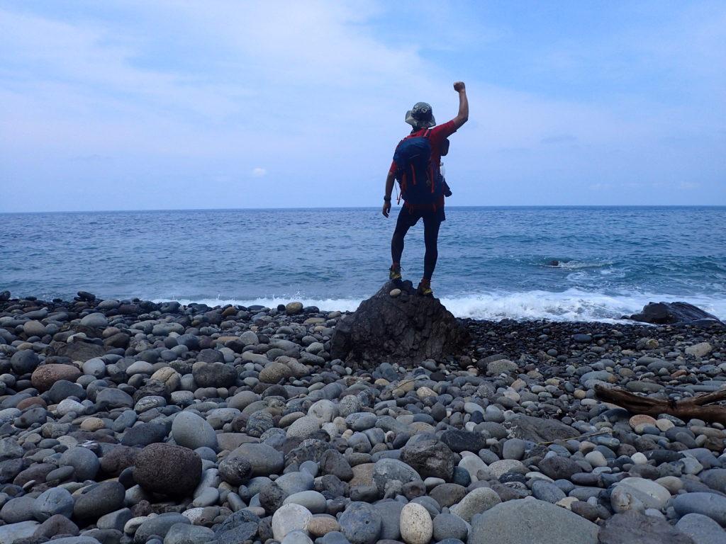 栂海新道を踏破し到着した日本海の親不知でガッツポーズ