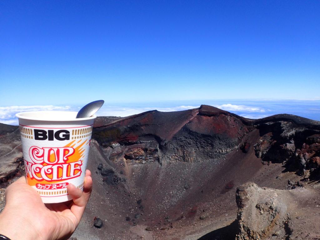 日本最高峰の富士山山頂から火口を眺めながら食べたカップラーメン