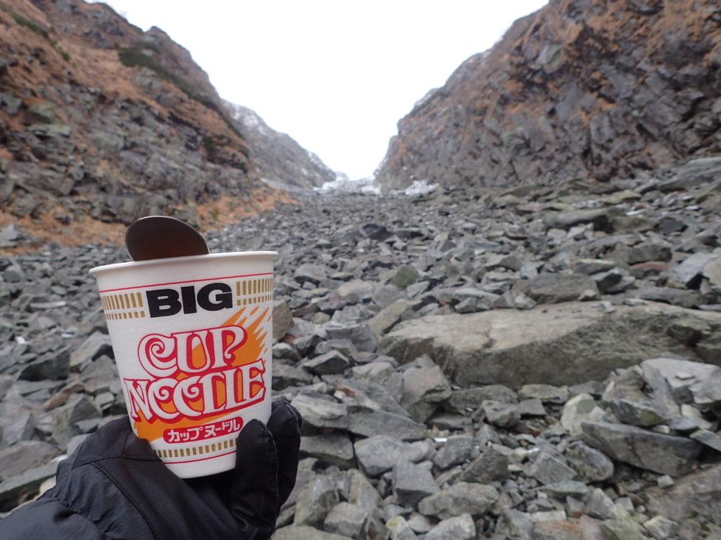 奥穂高岳へと続く白出沢で食べたカップヌードル