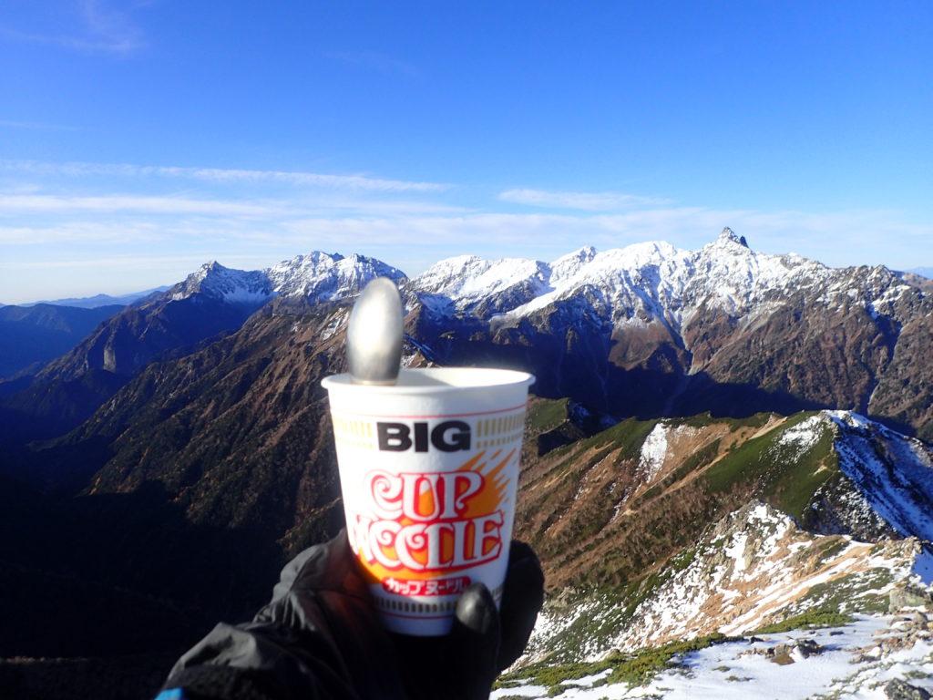 大天井岳山頂で雪化粧をした槍ヶ岳と穂高岳を眺めながら食べたカップラーメン