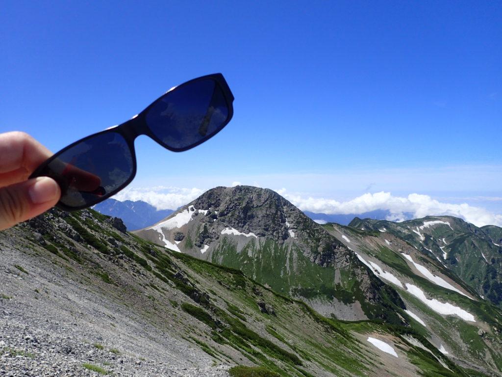 北アルプスの白馬岳でサングラスの記念撮影