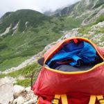 登山用レインウェアをスムーズに着たり脱いだりするための小ネタ
