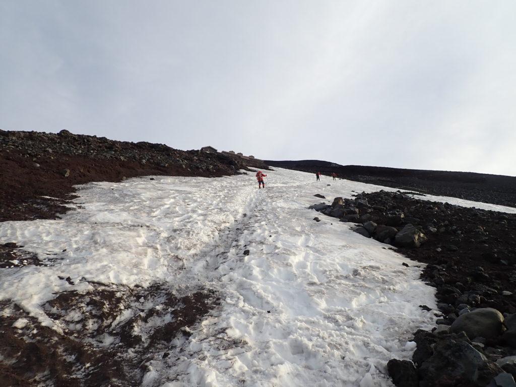 6月の富士山登山道の残雪